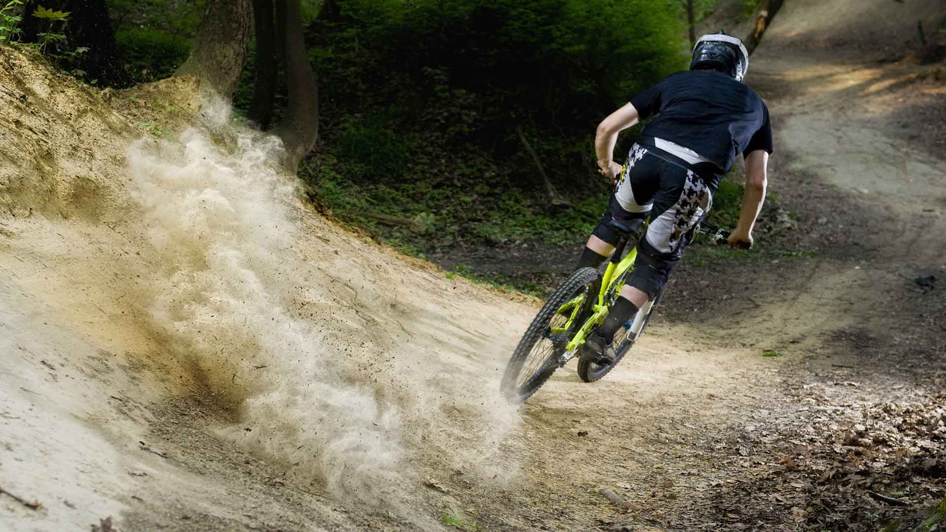 Downhill on Lake Como: pure adrenaline on two wheels!