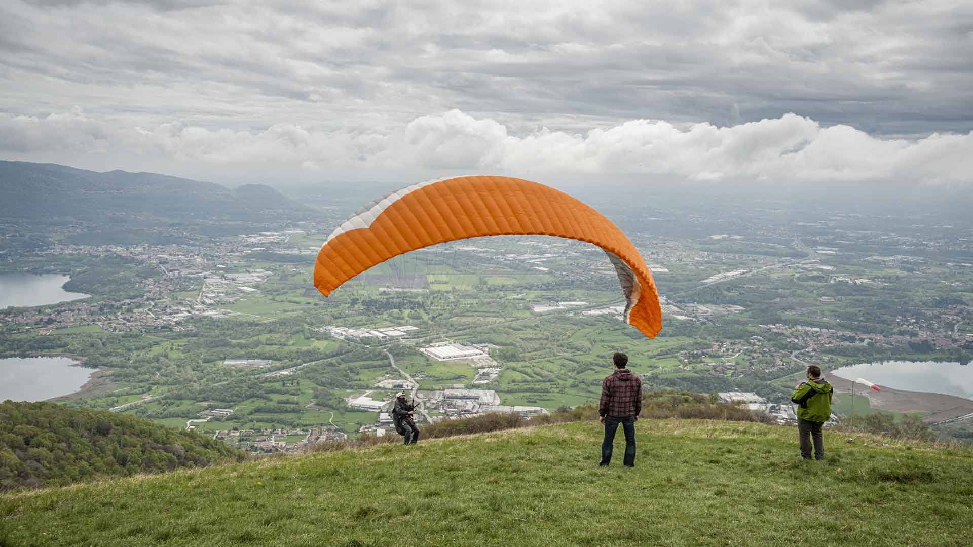 Conquest the sky of Lake Como and fly soft and silence in the clouds
